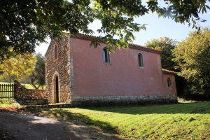 capilla de san pedro riegu casa rural la boleta lateral 300x200 - Capilla de San Pedro en Riegu