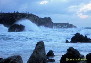 Temporal en la costa de Llanes, las fotos. Los Cubos de la Memoria desde la Playa de Toro