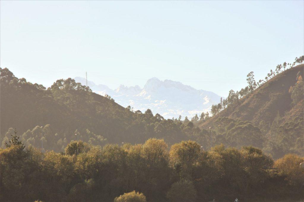 Vista de los Picos de Europa desde la Playa de Gulpiyuri en Llanes Asturias