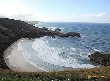La Playa de Torimbia, forma de concha, de blanca arena y oleaje