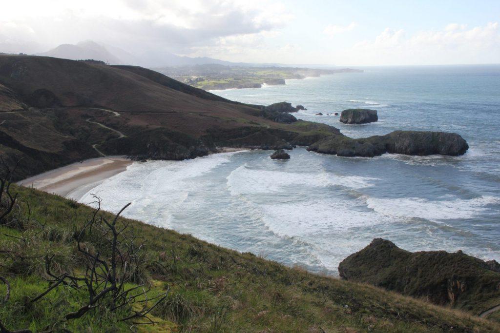 Vista de un tramo de la Costa Oriental de Llanes desde Torimbia y acceso a la playa