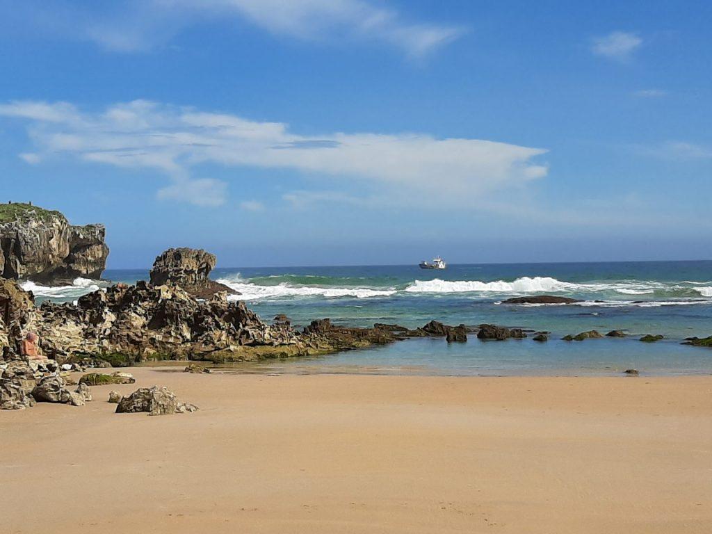 Un barco en la lejania desdew la playa de Toró en Llanes